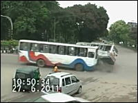 なぜ乗客が逃げる?wwwバス対バスの豪快な交差点事故の映像が不思議