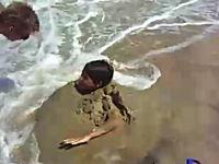 波打ち際に人間を埋めるのは危険です動画。ビーチで楽しい拷問??