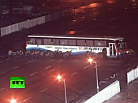 23日人質8名が死亡したフィリピンのバスジャック事件で警官隊が突入する様子