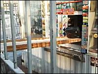 警戒心が強すぎるお店の映像。買い物するの面倒くさすぎワロタwwwww