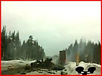 二台の大型トレーラーにサンドイッチされ木っ端微塵になってしまった車・・・。