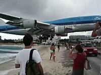 これは凄いwww最強にギリギリな着陸映像。プリンセス・ジュリアナ国際空港