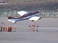 なにこれ凄い。駐機していた無人の飛行機が強風に煽られて勝手に離陸w