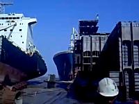 どうしてこうなったwww大きな船が突っ込んでくる大迫力な事故の映像。