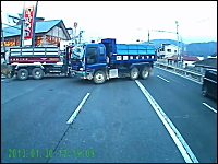 今日のお前が言うなドラレコ。右折車に大クラクションを浴びせるトラック野郎