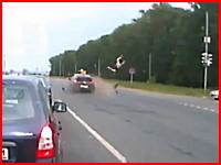 ロシア人は頑丈なのか。車と衝突してぶっ飛ばされたバイクの兄ちゃんが。