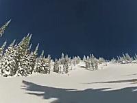 山の表面がそのまま滑っているかのような不思議な光景。雪崩スノモビル
