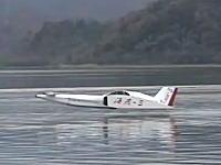 グランド・エフェクトを利用して水面すれすれを飛行する表面効果翼船の飛行試験