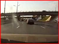 怖いドラレコ動画。5車線道路の真ん中に故障車が止まっていたら焦るで。