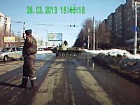 シュールな事故ドラレコ。軍用車が通り過ぎるのを待っていたら・・・。(ノ∀`)