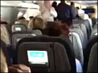 飛行中の飛行機の機長がご乱心⇒取り押さえられる。その時の機内の様子