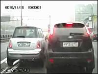 意地の張り合いドラレコ動画。ロシアと日本の場合。譲り合う気持ちゼロw