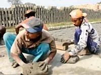 道路の作り方。バングラデシュの場合。これは見ていて飽きないレンガ作り