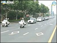 多くの乗客の命を救い英雄と称えられた中国のバス運転手の葬儀の様子。