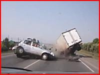 これはヤバい事故の瞬間。撮影車の目の前で起きた車とトラックの正面衝突