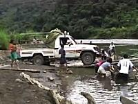 危なっかしいwww車を対岸へと運んでくれるボリビア流渡し船のムービー。