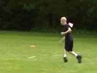 運動会でビリになりながらも必死でゴールを目指す脳性麻痺の少年の元に・・・。