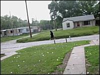 野球ボール大の巨大な雹(ひょう)が降っているのに普通に歩いている男性
