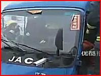 鉄パイプが車とドライバーを貫通・・・。車内に取り残された男性の救出ビデオ