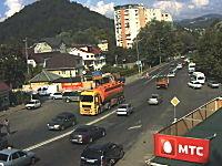 大型トラックに突っ込まれたら為す術なしという事故の監視カメラの映像。