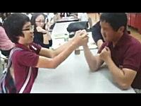 腕相撲をしていたと思ったら自分の顔面を殴ってしまうイタズラ。これは酷いw
