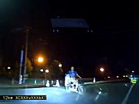 なんだコイツは。道路に飛び出してきたチャリ男が変な奴だったドラレコ映像。