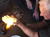 これはマジか。謎の液体を使って7000度の高熱バーナーに耐えるおじさん。