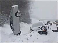 どうしてこうなった。雪道で事故して綺麗に倒立してる車。これはお見事?w