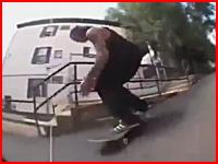 スケボーで車道に飛び出した男性がトラックに跳ねられてめっちゃ飛ばされる