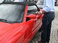 こんな車があったのか。斬新すぎるドアの開き方をするBMW・Z1ロードスター