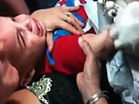 泣き叫ぶ幼児にTATTOOを入れる母親と彫師。これはさすがにひくわ・・・。