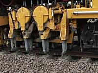 流れ作業の要領で線路を修復しながら進む修理列車がなんか凄いww