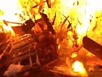 危ない着火。廃材に火を付けようとしたら爆発して「oh!! fu*k!!」な事に・・・。
