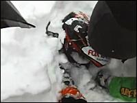 雪崩に巻き込まれて生き埋めになってしまった男性とそれを救出する映像