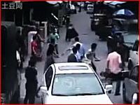 【中国】女性のバッグを奪ったひったくり犯が住人からフルボッコにされるw