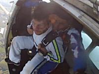 スカイダイビング死亡事故。飛び出したその飛行機に体当たりされて死亡。