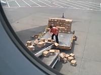 中国の空港で撮影された荷物の扱いがあまりにも酷すぎる係り員の映像。