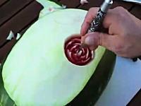 これは凄い。スイカを使ったバラの彫刻の作り方。これは美し(・∀・)イイ
