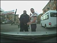 ロシア。車を運転してたら酔っ払いに絡まれたから轢いて踏んだったドラレコ