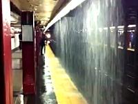 嫌すぎる駅。大雨で電車とホームの間に滝ができて電車から出れないwww
