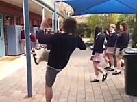 一瞬動画。女子たちにカッコイイ所を見せようとして大痛い。これはヤバいww