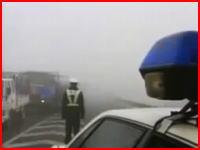 【中国】濃い霧で視界ゼロな高速道路でバスや乗用車が次々に追突する瞬間