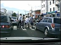 つよロシア。横断歩道に突っ込んだ危ない車への抗議。ロシアの場合。