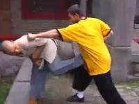 武僧「Shi DeJian」が外国人を相手に少林寺カンフーの技を解説している動画