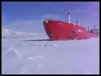 人が余裕で歩ける程の厚い氷を豪快に割りながら進む巨大タンカーの映像
