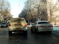 ロシアのタクシーは暴れん坊?車列の隙間を見つけてサイドターンでUターン