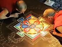 色砂を一粒ずつ丹念に並べて作られるチベットの砂曼荼羅が凄い