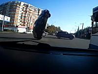 なんという罠。路上に垂れ下がっていたある物によりエビ反り回転させられた車