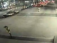 アクセルとブレーキを踏み間違えた女性が4階の駐車場から落下して死亡。