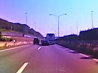 DQNセルシオ(笑)が追い越し車線を譲らなかった高速バスを強引に止める